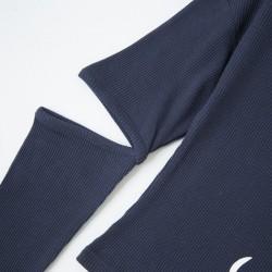 Camiseta con codo descubierto